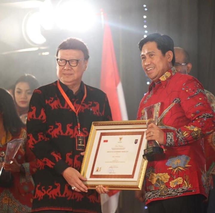 Photo of Herwin Terima Penghargaan Kabupaten Terinovatif 2018