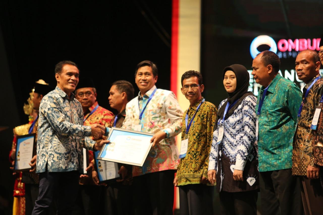 Photo of Bupati Banggai Terima Anugerah Predikat Kepatuhan Tinggi 2018