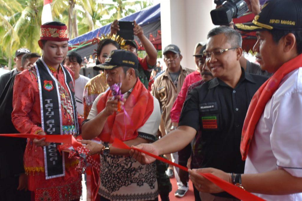 Foto Bupati Banggai Herwin Yatim bersama Wakil Bupati dan pimpinan OPD lainnya, hadir untuk meresmikan Kantor Camat Lobu