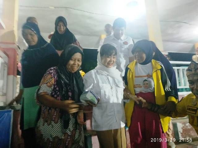 """Foto """"Jagoan"""" emak-emak militan, Amalya Murad disambut dengan pelukan dan antusias untuk foto bersama."""