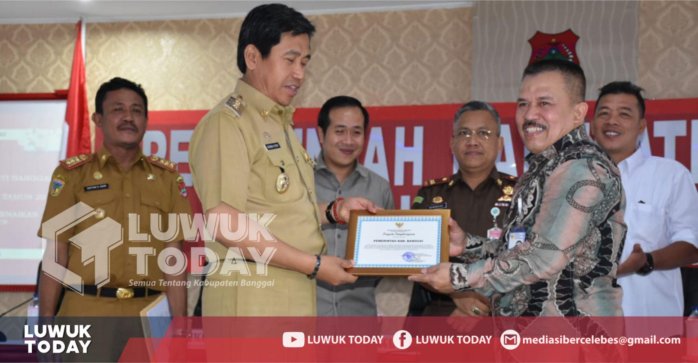 Photo of Sukses Laksanakan Tes CPNS Online Di Luwuk, Herwin Terima Penghargaan BKN
