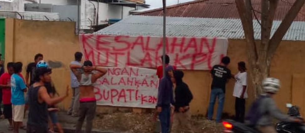 Foto Warga menuliskan pesan di pinggir jalan berisi kekecewaan terhadap kinerja KPU Banggai, Rabu (17/4/2019).