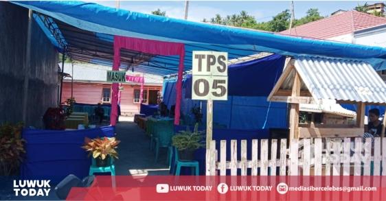 Foto Salah satu TPS kosong dari warga yang memilih pulang karena logistik dari KPU belum juga datang hingga pkl. 11.00 WITA.