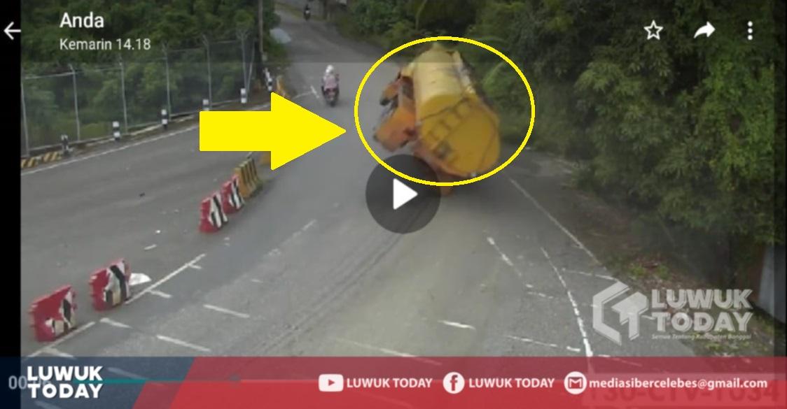 Photo of Ngeri! Video Truk Tangki Minyak Terbalik di Uso, Supir Langsung Tewas