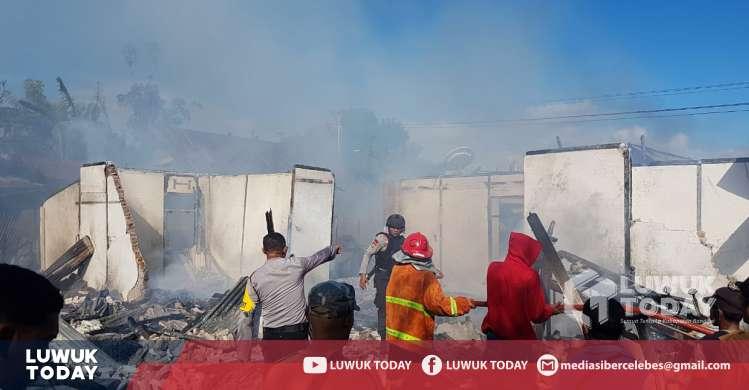 Foto Polisi dan TNI serta warga padamkan kebakaran Rumah