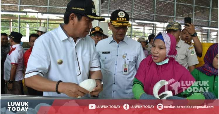 Foto Bupati Banggai bersama Karyawan  PT. Sasl and Sons Indonesia, Pabrik olahan tepung kelapa.