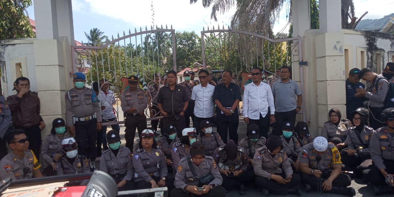 Foto Sebagian Anggota DPRD Banggai keluar ruangan menemui aksi demo mahasiswa yang melakukan orasi didepan gedung DPRD Banggai, Senin (30/9/2019).