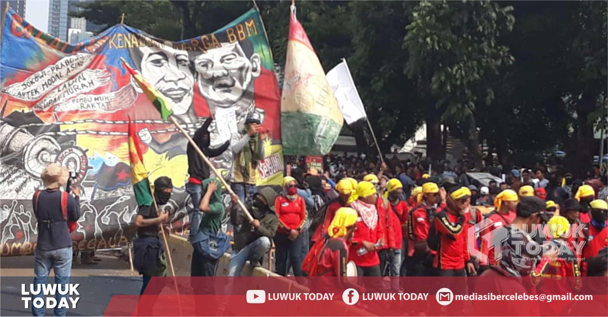 Photo of Di Spanduk Aksi Demonstrasi Bertulis: Jokowi Prabowo Antek Modal Asing