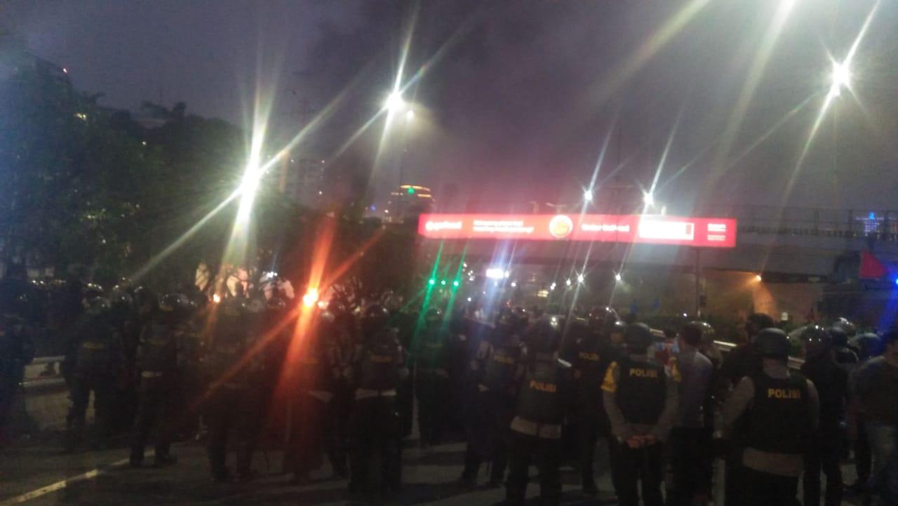 Foto Memasuki malam hari situasi didepan halaman gedung DPR/MPR RI masih mencekam.