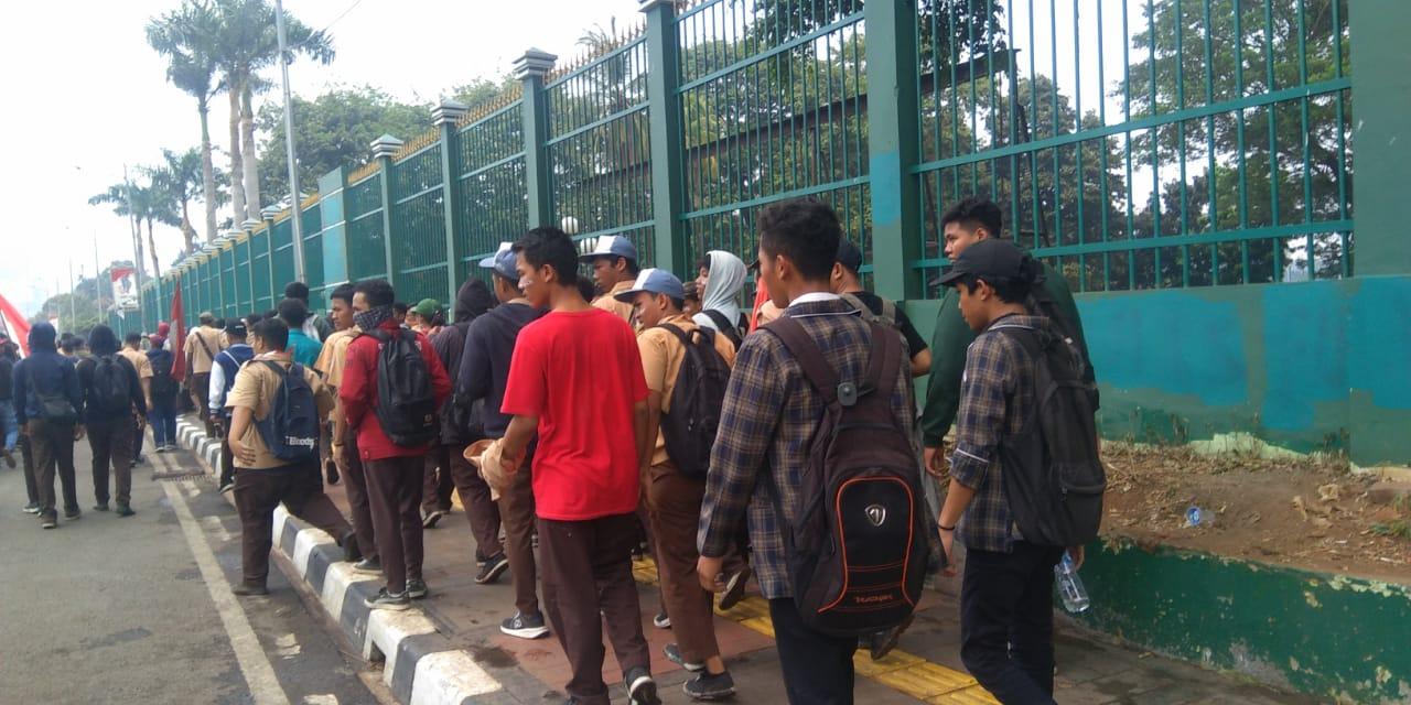 Photo of Usai Aksi para Mahasiswa, Seragam Putih Abu-abu gelar Aksi Demo di DPR