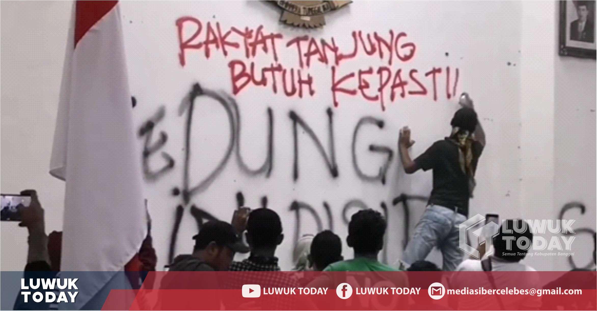 Photo of [Video] Kapolres dan Mahasiswa Mengecat Kembali Dinding DPRD Banggai
