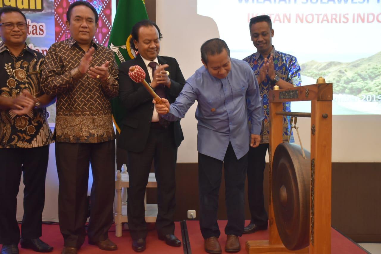 Foto Wakil Bupati Banggai membuka secara resmi Konferensi Ikatan Notaris Indonesia Wilayah Sulawesi Tengah, di Hotel Santika Luwuk, Sabtu (14/9/2019).
