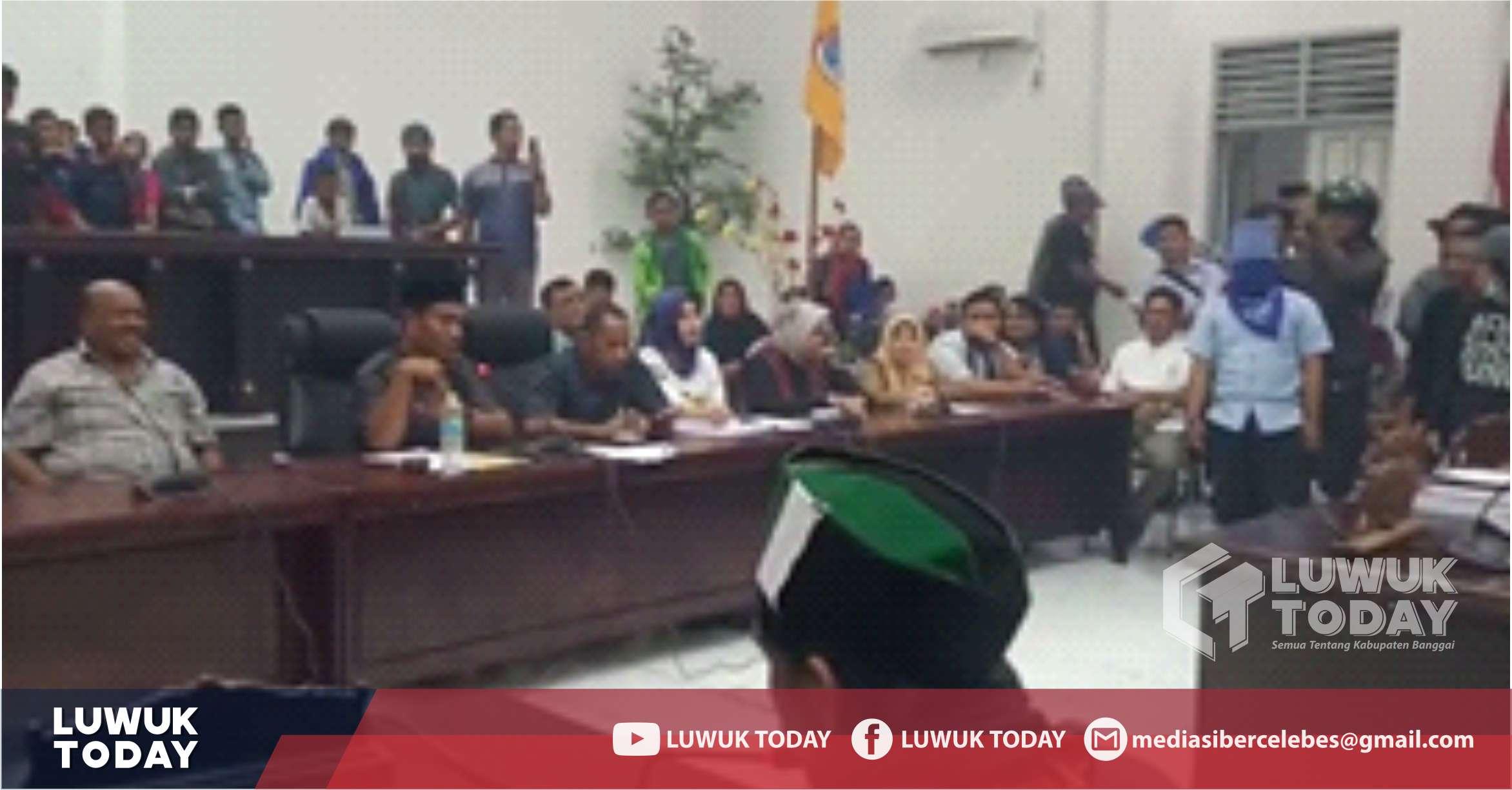 Photo of [Video] Sempat Memanas, DPRD Banggai Akhirnya Sepakati Tuntutan Mahasiswa