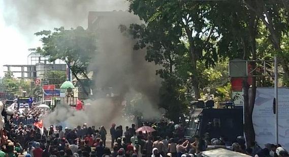 Foto Aksi Mahasiswa di Makassar berakhir bentrok, Selasa (24/9/2019).