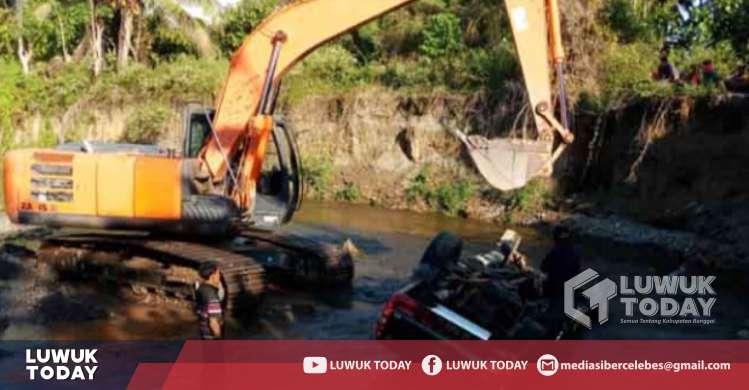 Foto Proses pengangkatan Mobil yang jatuh di sungai jalan Tambang Nikel, Minggu (20/10/2019).