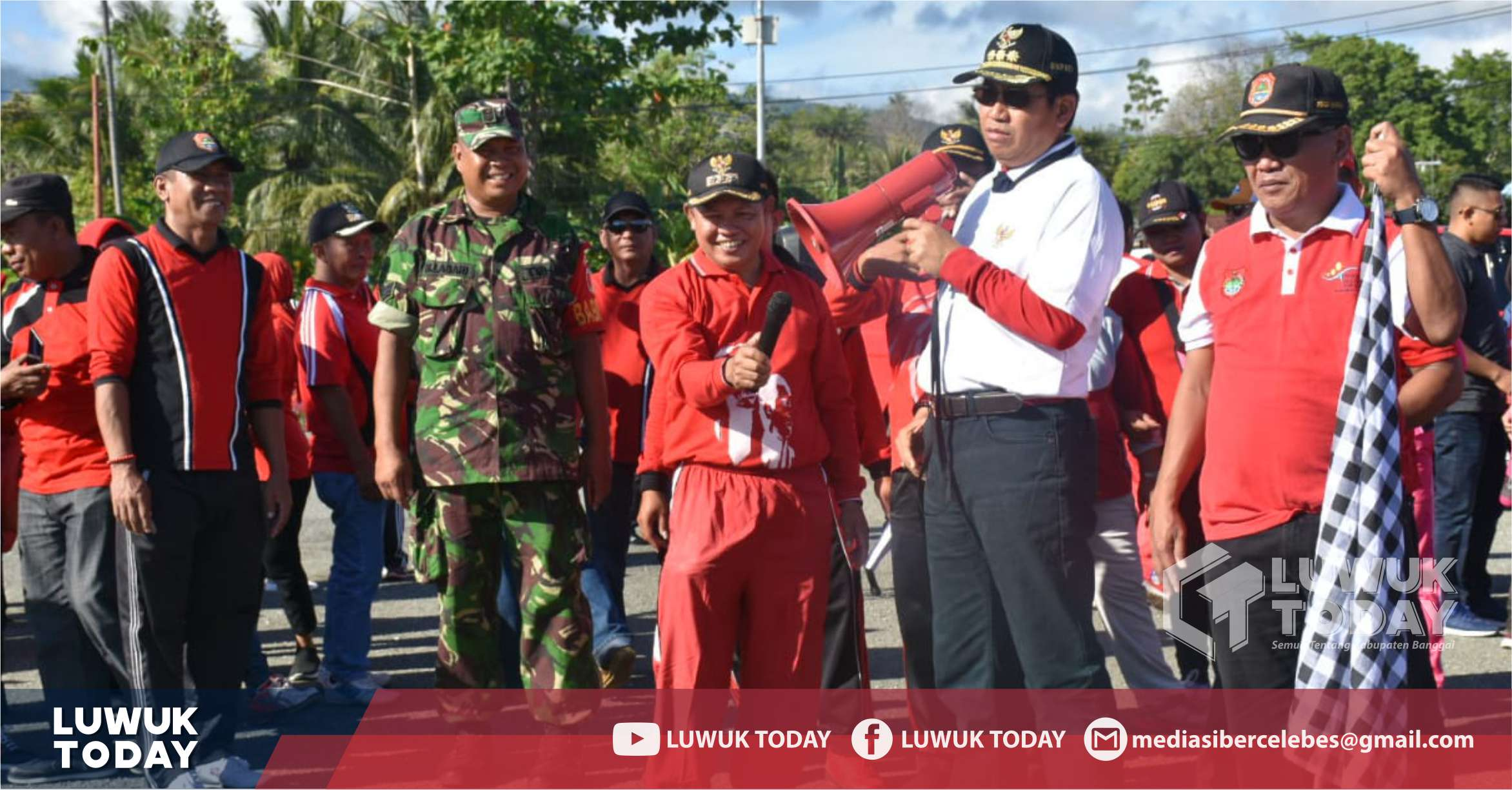Foto Bupati Banggai H. Herwin Yatim lepas jalan santai dan pinasa sehat di Pagimana, Jumat (4/10/2019).
