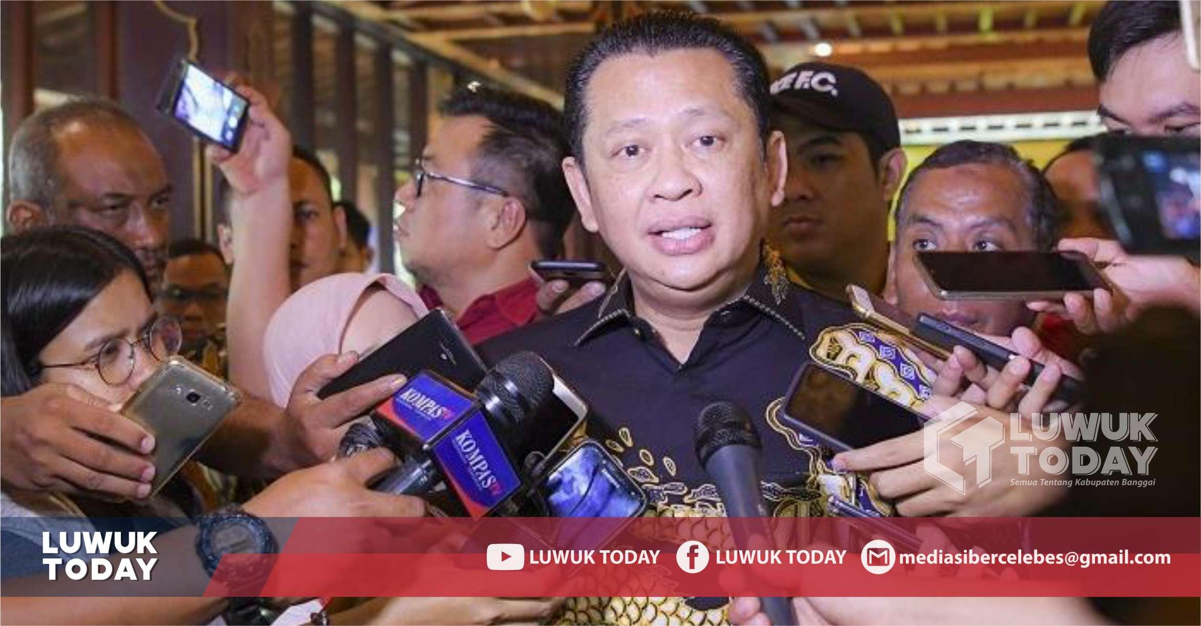 Foto  Ketua MPR, Bambang Soesatyo, di sela-sela wawancara tanggapan mengenai menteri-menteri dalam kabinet baru dipemerintahan Joko Widodo, Senin (7/10/2019).