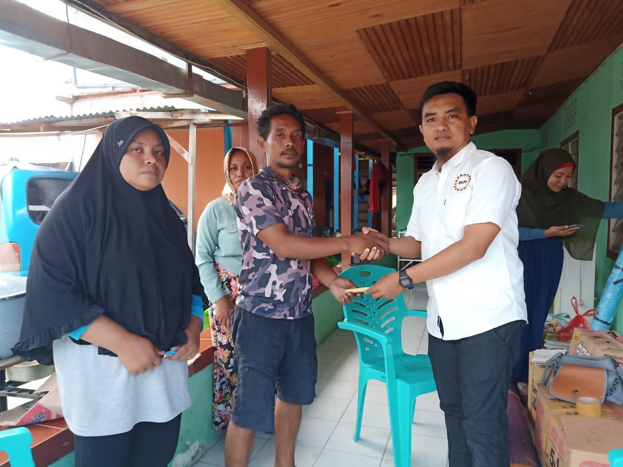 foto Ketua SKPI Banggai memberikan sumbangan buat korban kebakaran di Kelurahan Mangkio Baru.