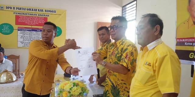 Penyerahan formulir pendaftaran Bacalon Bupati Banggai di Kantor DPD Partai Golkar Kabupaten Banggai, Kamis (14/11/2019). Foto : Ekky/LT