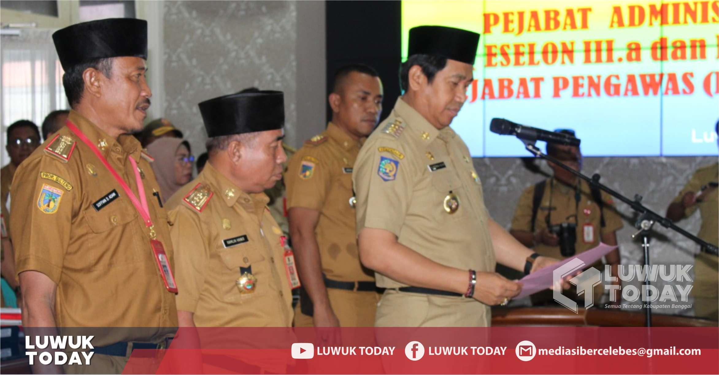 Foto Bupati Banggai H. Herwin Yatim melantik sejumlah pejabat dilingkungan Pemkab Banggai, senin (4/11/2019).