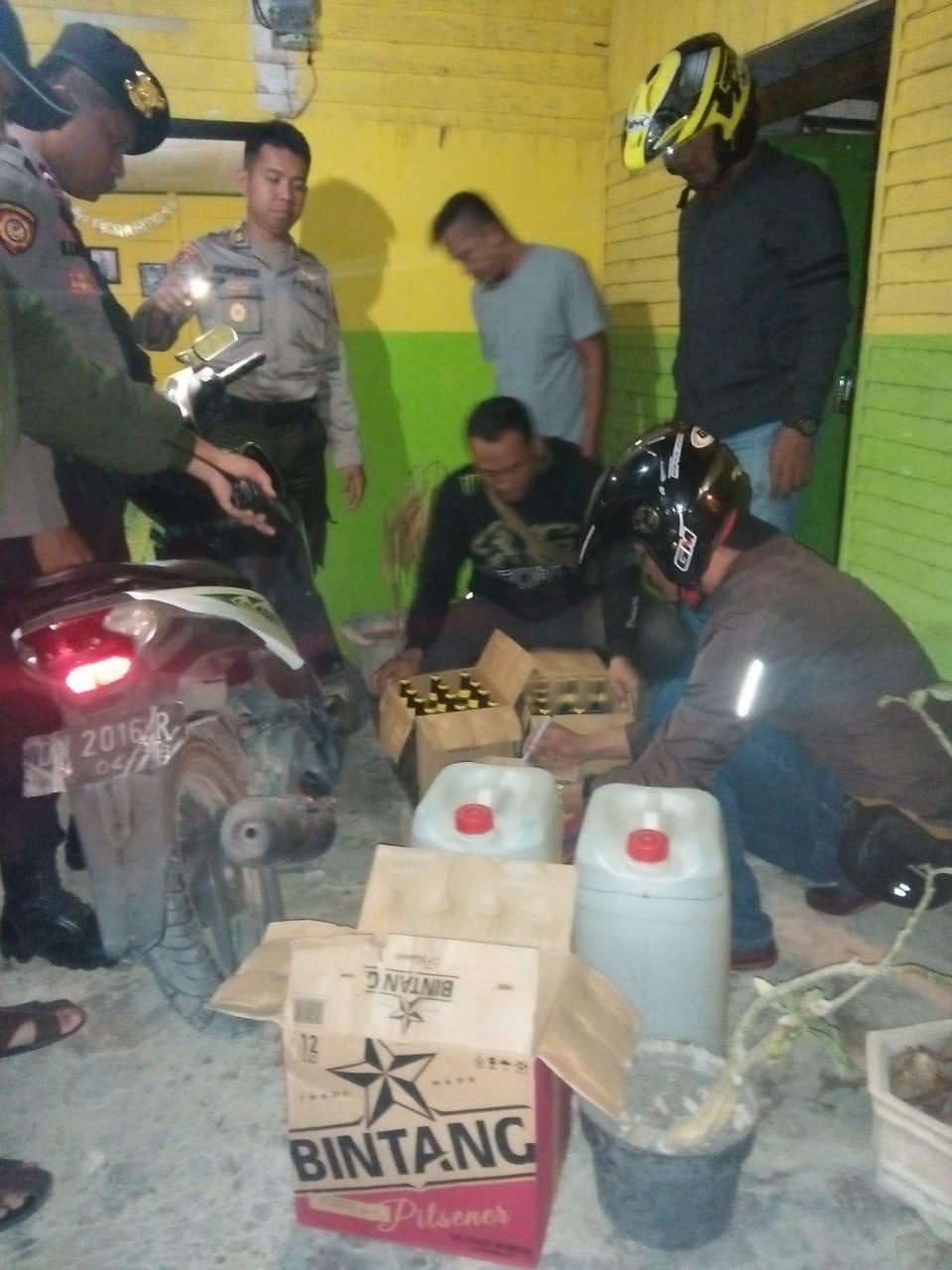 Foto Gelar Operasi Pekat Tahun Baru, Polres Banggai Sita Puluhan Botol Miras Berbagai Merek.