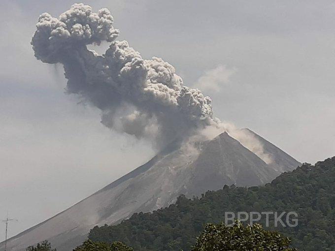 Foto Gunung Merapi Meletus dan Semburkan Awan Panas, Photo: BPPTKG