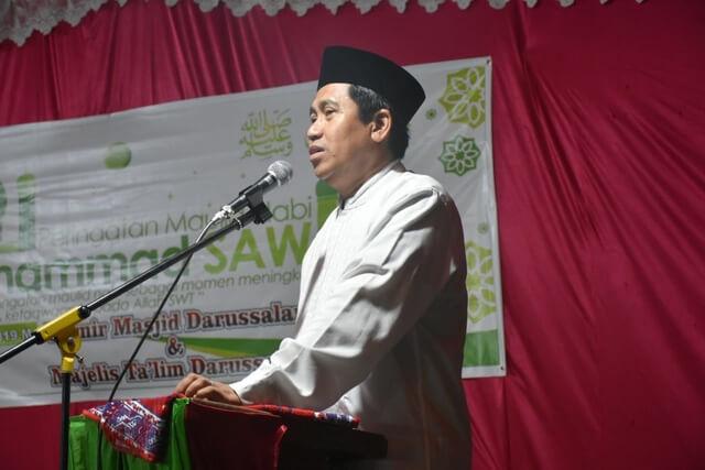 Foto   Bupati Banggai H. Herwin Yatim disambut sholawat saat menghadiri kegiatan Maulid Nabi yang bertempat di Masjid Darusallam, Senin (11/11/2019).