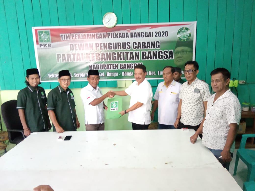 Foto Samsul Bahri Mang mengembalikan Formulir Bakal Calon Bupati/ sumber foto: Luwuk.today