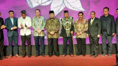 Photo of Ketua DPD RI Sentil Salah Satu Bupati di pengukuhan Jember Kota Cerutu