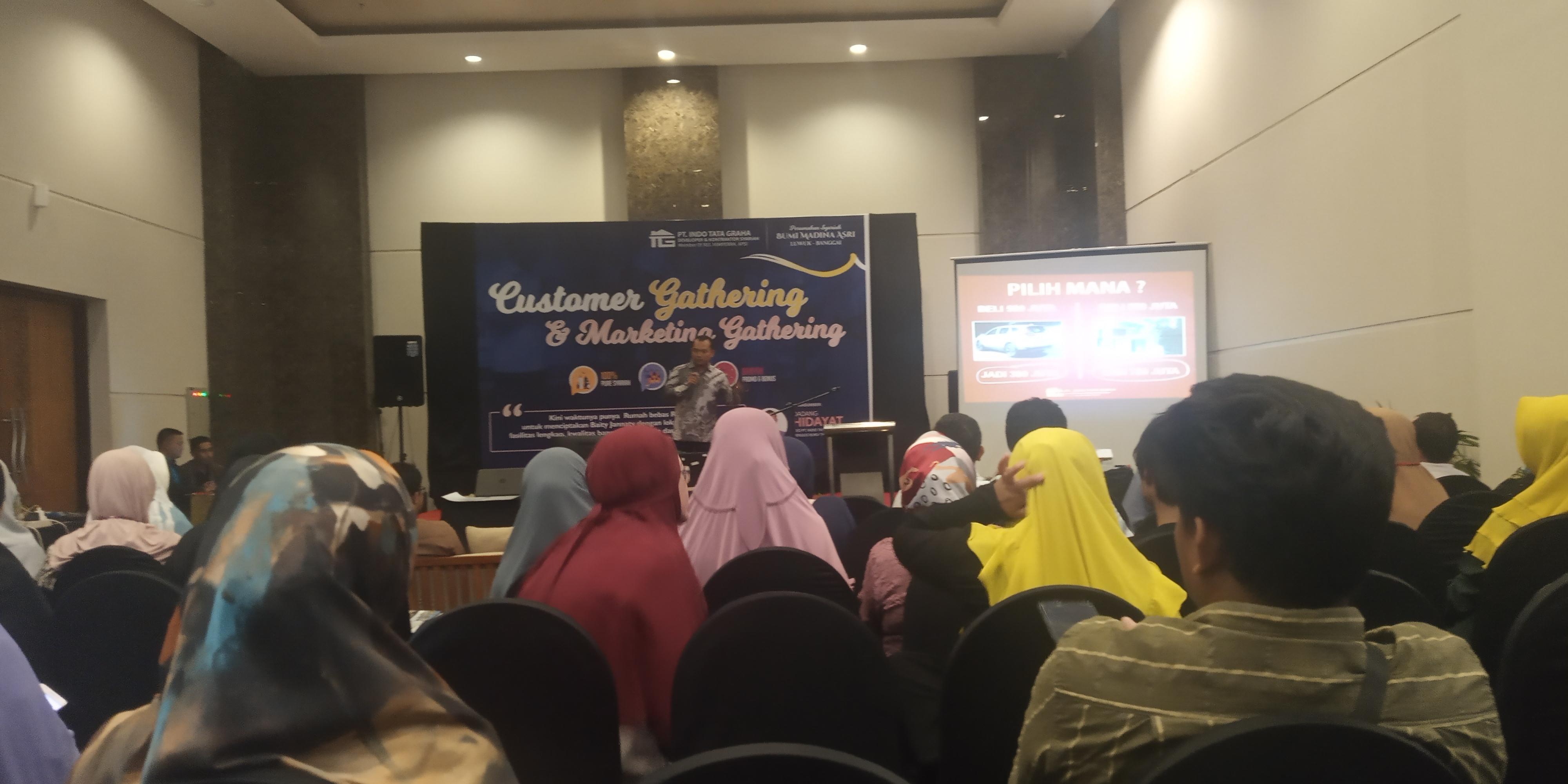 Photo of Dengar Suara Azan, Dadang Hentikan Pemaparan Produk Perumahan Syariah