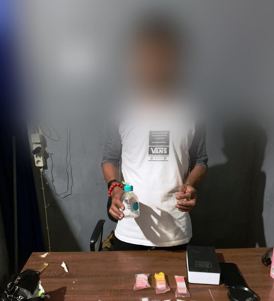 Foto PNS Pengguna Narkoba, Tersangka NT bersama barang bukti Narkoba jenis Sabu-sabu saat ditangkap Sat Narkoba Polres Banggai, Sabtu (16/11/2019)