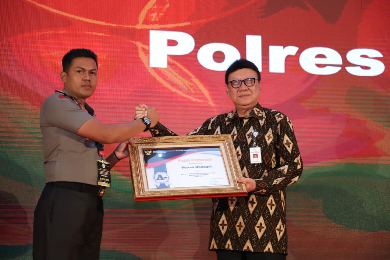 Foto Kapolres Banggai AKBP Budi Priyanto saat menerima penghargaan sebagai Polres dengan layanan sangat baik dalam pengurusan SIM dan SKCK. Photo: istimewa