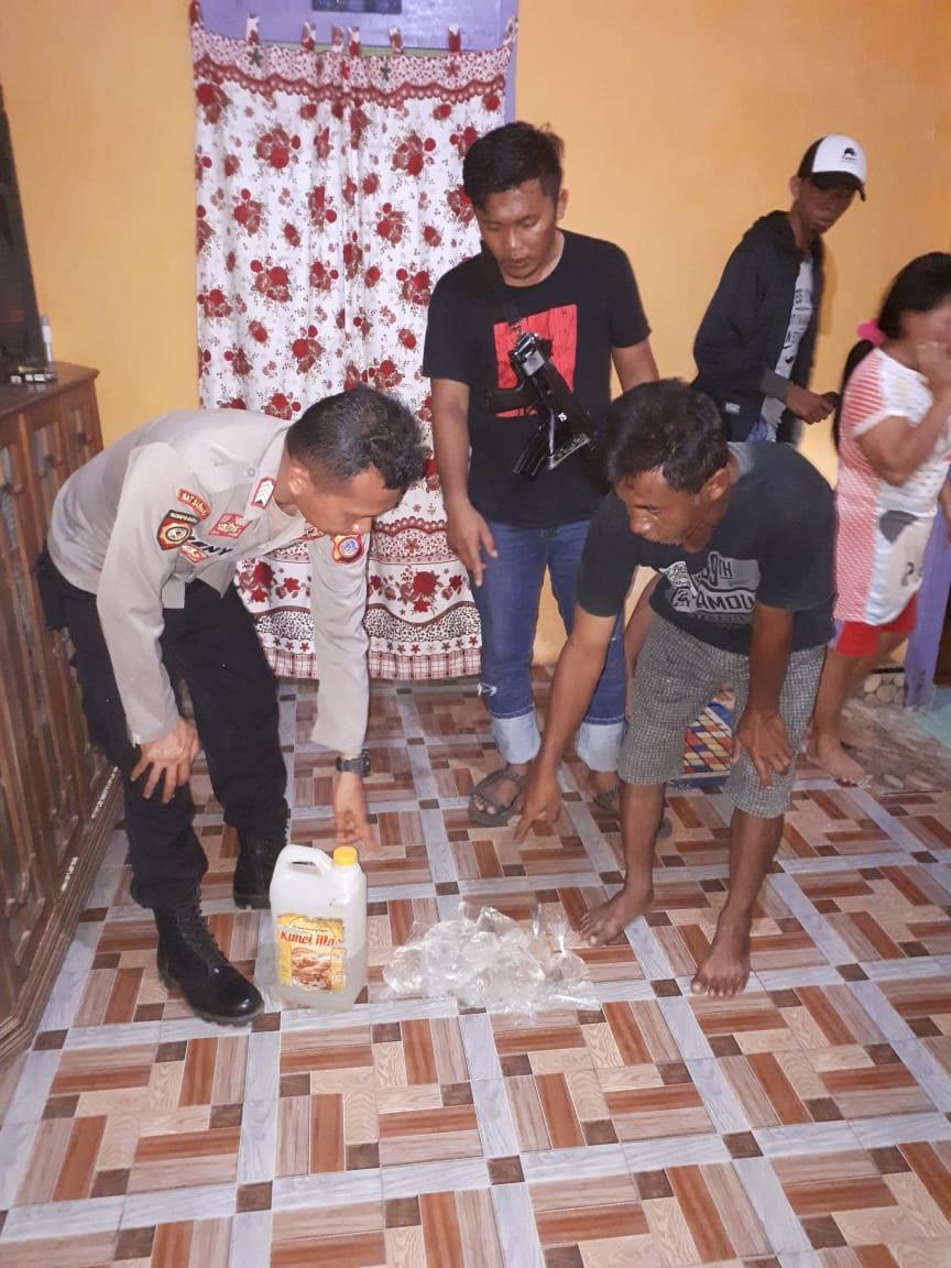 Foto Pemuda pesta miras. Kepolisian Sektor Toili (Polsek Toili) mengamankan tujuh pemuda dan pemudi yang sedang melakukan pesta minuman keras (miras) jenis  Cap Tikus
