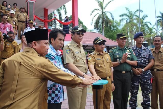 Foto Bupati Banggai H. Herwin Yatim bersama Direktur PP Iptek, Syachrial Anas resmikan  Science Center yang bertempat di Lapangan Alun-alun Bumi Mutiara Luwuk,