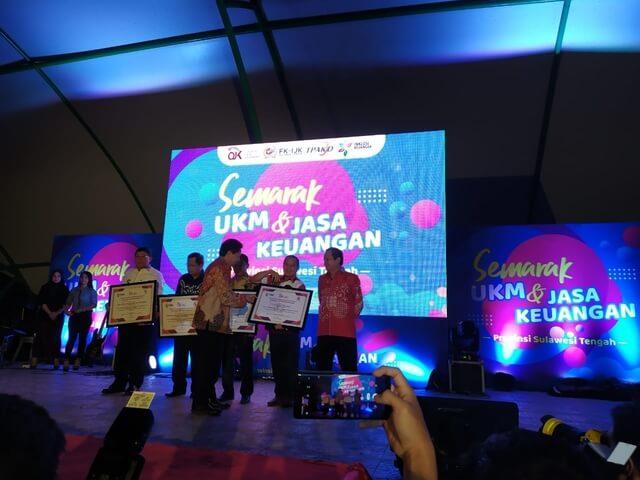 Foto Wakil Buapti Banggai H. Mustar Labolo menerima penghargaan dari Otoritas Jasa Keuangan (OJK) yang dilaksanakan di halaman Taman Gor Kota Palu Provinsi Sulteng, Sabtu (9/11/2019).