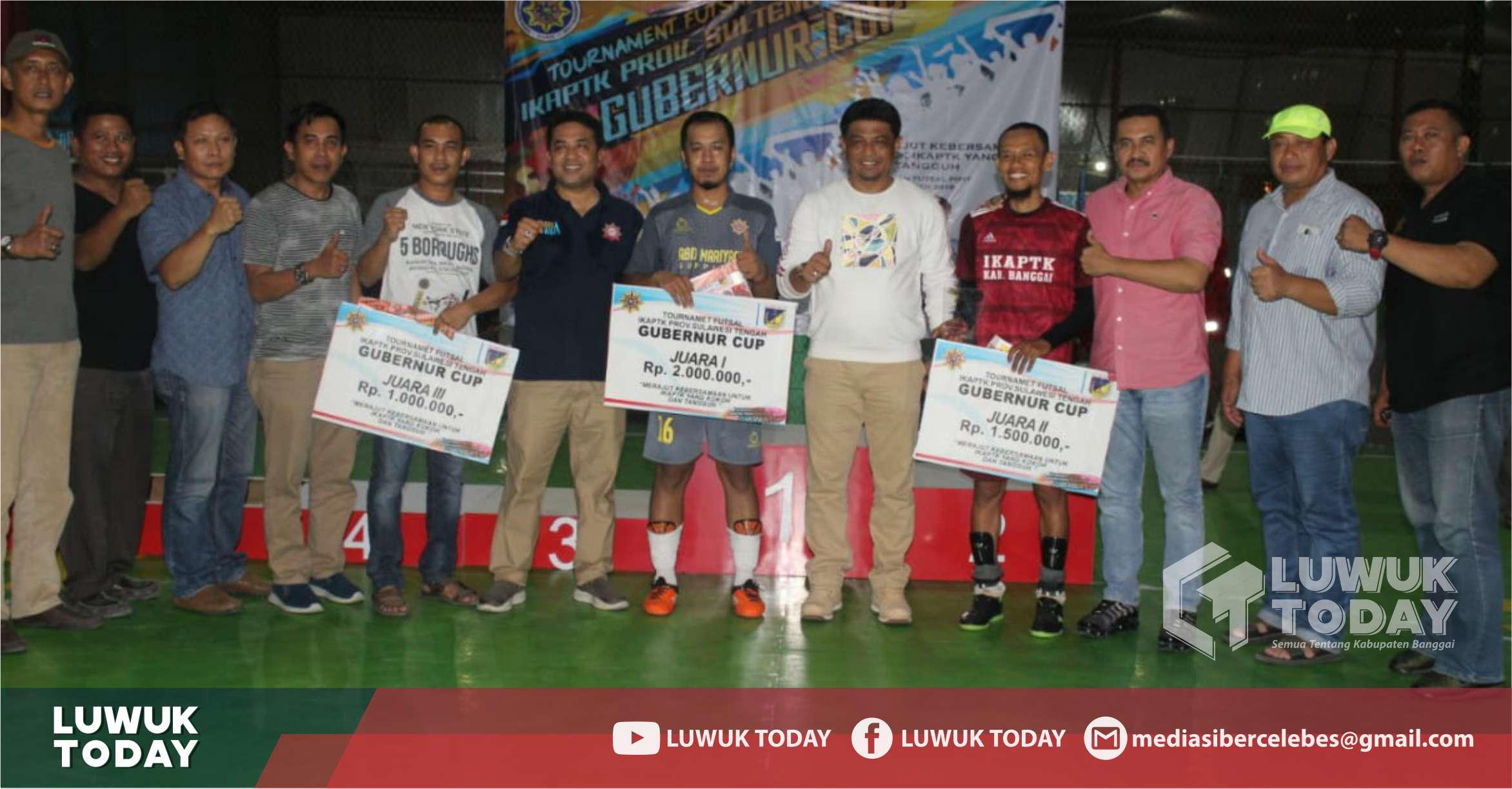 Foto Sekprov Sulteng H. Moh. Hidayat Lamakarate foto bersama para juara tournament futsal Gubernur Cup 2019, Sabtu (2/11/2019).