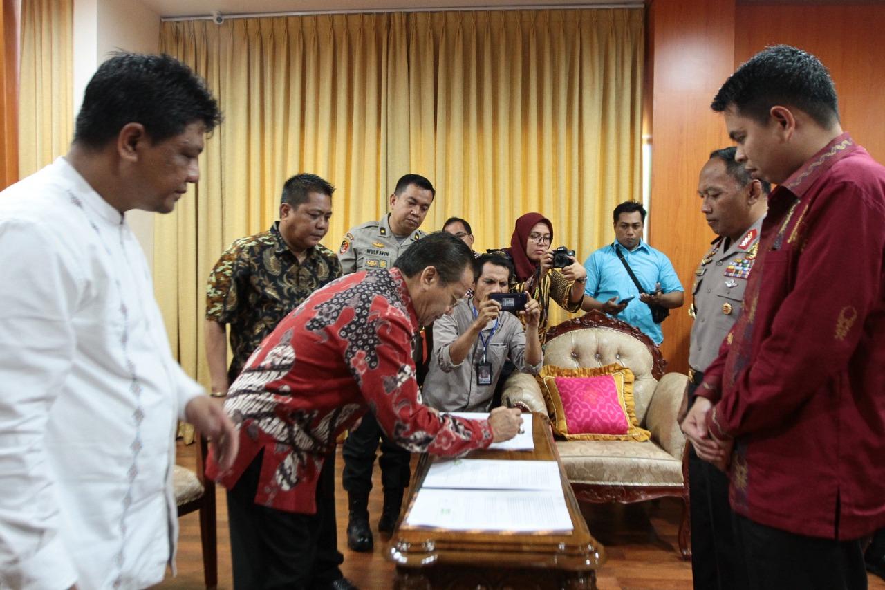 Foto Penandatanganan Perjanjian Hibah bersama Gubernur, Bawaslu, Kapolda/ sumber foto:dok Pemprov.