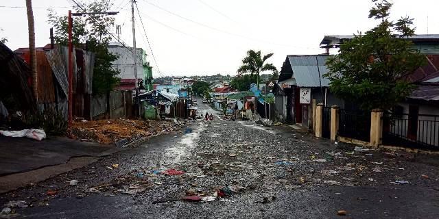 Foto Guyuran hujan di kota Luwuk menyisakan sampah di sepanjang jalan S. Parman Luwuk.