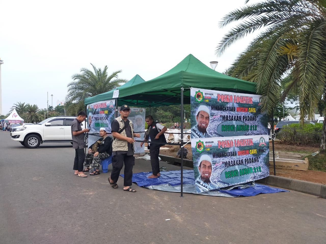 Foto Posko Logistik Minangkabau Muslim Care (MMC) menyediakan 10.000 nasi bungkus masakan padang untuk peserta Reuni  212.