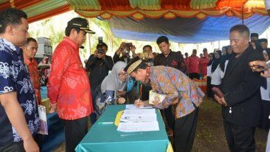 Photo of Bupati Herwin Yatim Lantik BPD se-Kecamatan Bualemo di Wisata Ikan Air Tawar Desa Nipa Kalemoa