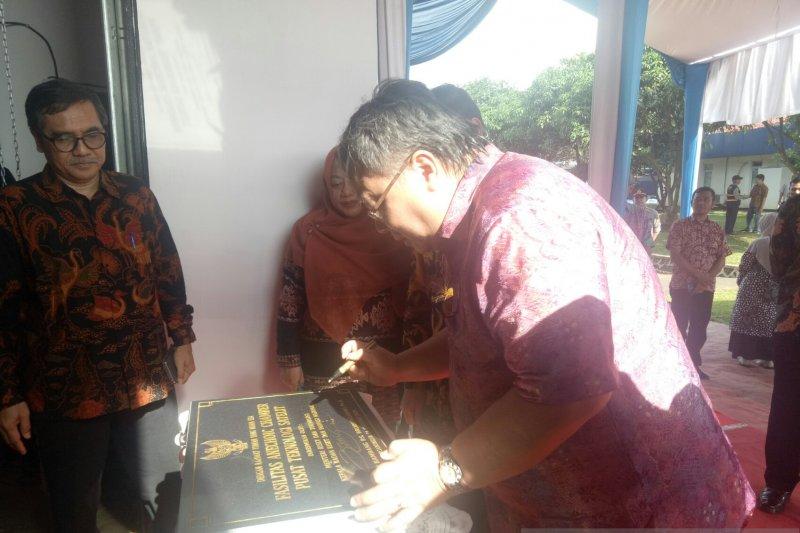 Foto Bambang Permadi Soemantri Brodjonegoro meresmikan fasilitas Laboratorium Anechoic Chamber di Pusat Teknologi Satelit Lembaga Penerbangan dan Antariksa Nasional (Lapan) di Rancabungur, Jawa Barat.