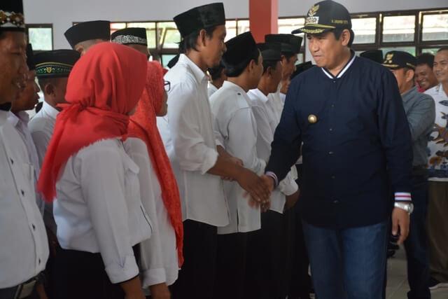Foto Bupati Banggai H. Herwin Yatim saat melantik dan mengambil sumpah janji anggota BPD se-Kecamatan Balantak periode 2020-2026, Sabtu (1/2/2020). Foto : Humas Pemkab Banggai