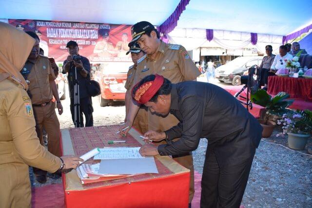 Foto Bupati H. Herwin Yatim didampingi Wakil Bupati Banggai dan Ketua DPRD Banggai Suprapto, menandatangani berita Acara Musrenbang RKPD Tahap II di Kecamatan Toili Barat, Senin (2/3/2020).