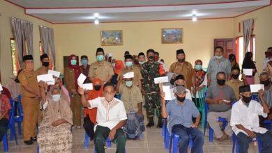 Photo of Bupati Herwin Serahkan Bantuan Langsung Tunai Warga Desa Lobu