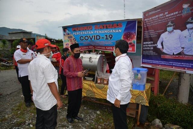Foto Bupati Banggai H. Herwin Yatim saat melakukan Kunker dan Peninjauan Posko penanggulangan Covid-19 di Desa Dwipa Karya, Simpang Raya, Rabu (22/4/2020).