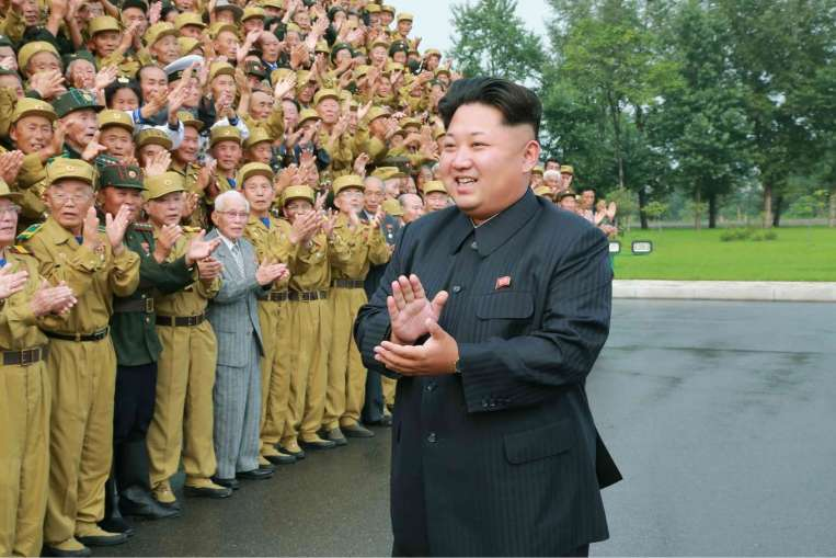 Foto Pemimpin besar Korea Utara (Korut) Kim Jong-un selama 3 minggu dan muncul kembali dihadapan publik membuat gempar dunia.