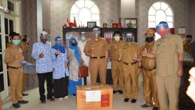 Photo of Keluarga Besar Datu Adam Beri Bantuan APD Melalui Pemkab Banggai