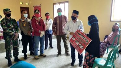 Photo of Bupati Banggai Herwin Yatim Serahkan Langsung BLT di Kecamatan Masama