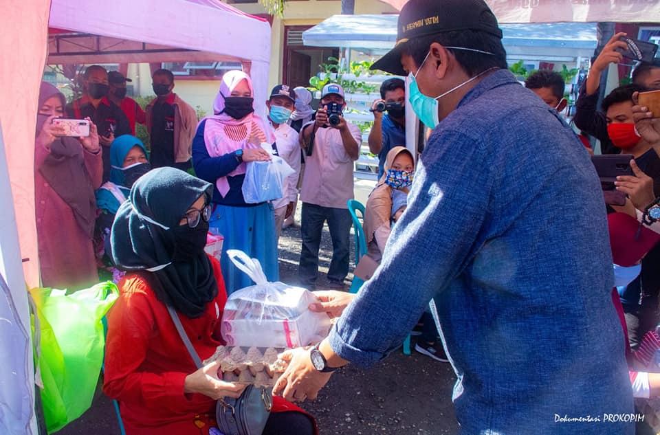 Foto Cegah stunting, Bupati Banggai H. Herwin Yatim, saat memantau dan memonitoring langsung kegiatan penyaluran bantuan makanan pokok untuk rumah tangga miskin dan makanan tambahan untuk ibu hamil (bumil) di Daerah Rawan Pangan, Juma't (15/5/2020).