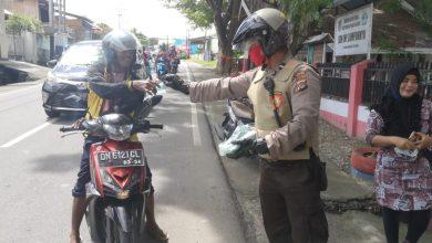 Photo of Cegah Covid-19, Sabhara Polres Banggai Bagi Masker Kepada Masyarakat